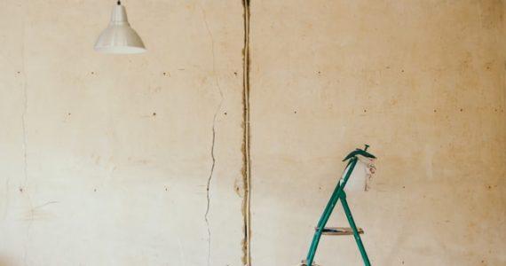 como arreglar grietas profundas en paredes