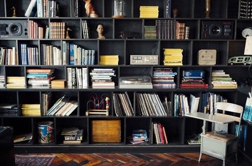 paredes con estantes de libros