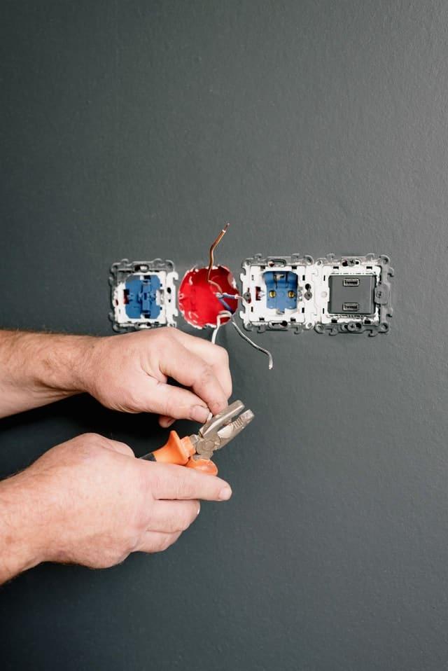 reparaciones electricas en el hogar
